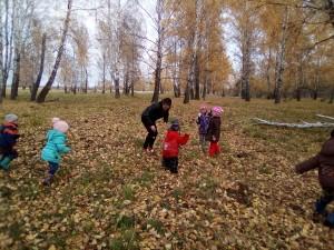 дети играют листьями