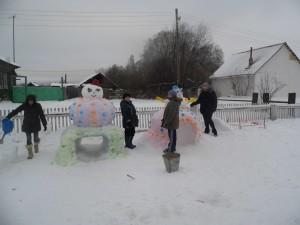 родители делают Снеговиков